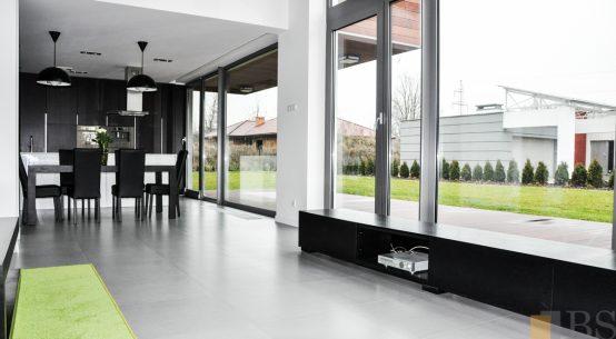 Kompleksowa realizacja domu, elegancka kuchnia Black&White, meble do salonu, nowoczesna komoda, czarna komoda