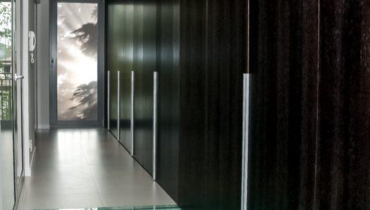 Kompleksowa realizacja domu, garderoba duża, garderoba drewniana, zabudowa ściany