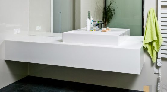 Kompleksowa realizacja domu, biała łazienka, meble do łazienki