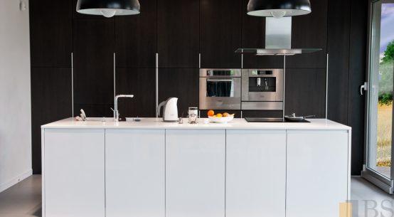 Kompleksowa realizacja domu, elegancka kuchnia Black&White, nowoczesna kuchnia, kuchnia czarno-biała, meble kuchenne