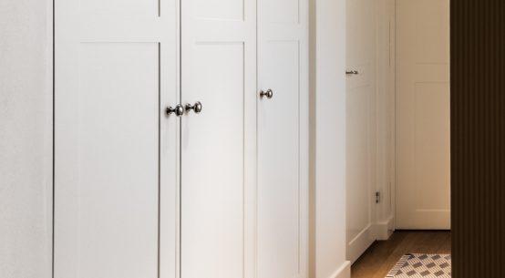Garderoba w stylu skandynawskim, szafa biała, meble na wymiar, garderoba biała
