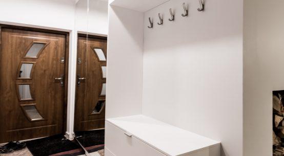 Szafa do przedpokoju, garderoba biała, garderoba z lustrem, meble na wymiar, nowoczesne meble do domu