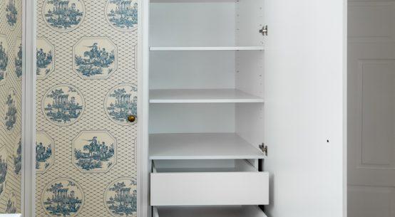 nietypowe szafy z tapetą
